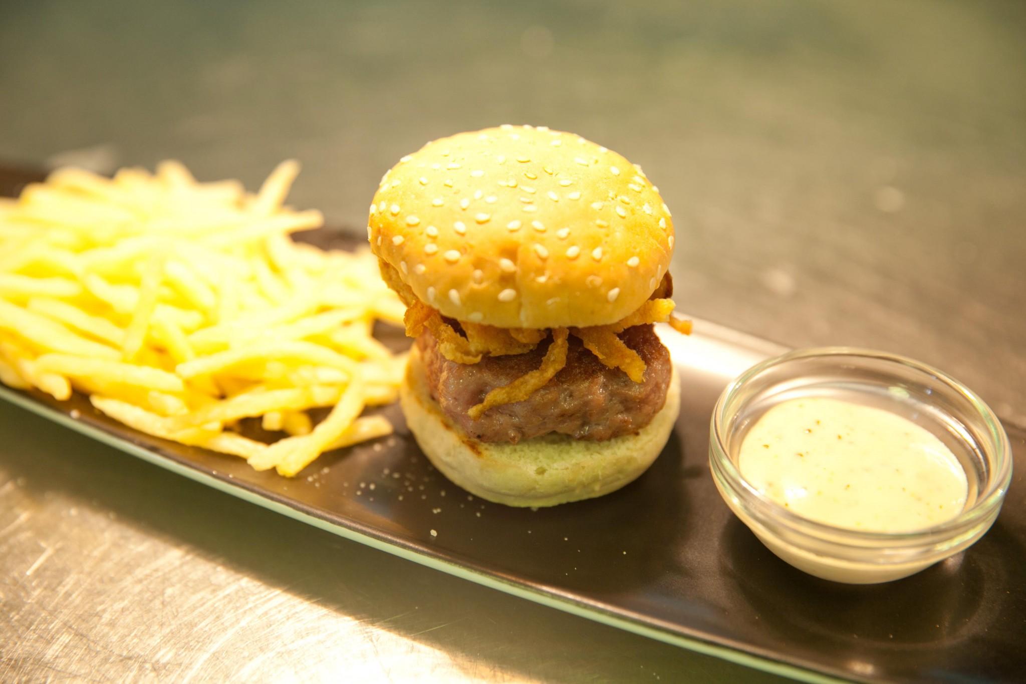 Minihamburguesa de chato murciano con mostaza de Dijon y crujiente de cebolla.